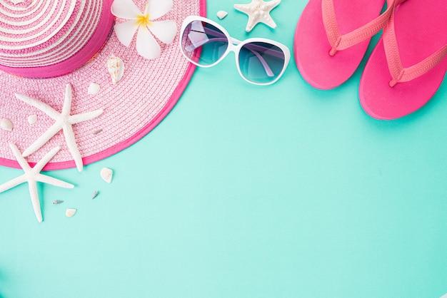 Vista superior de acessórios da praia para o conceito das férias de verão e das férias. Foto Premium