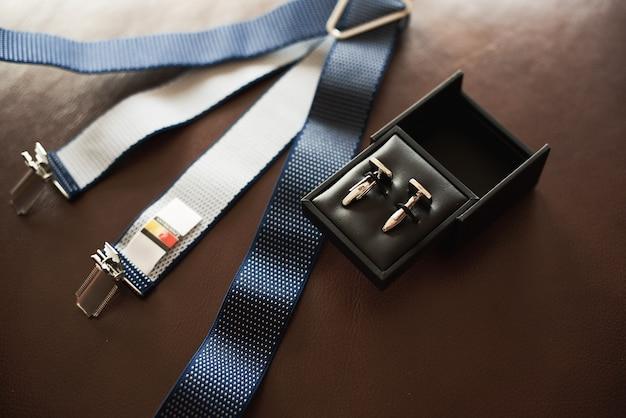 Vista superior de acessórios masculinos no escuro Foto Premium