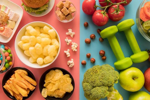 Vista superior de alimentos saudáveis e insalubres Foto gratuita