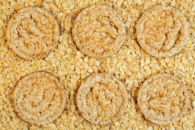 Vista superior de arroz ou milho dieta pão em flocos de aveia Foto gratuita