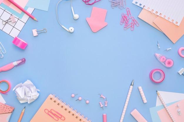 Vista superior de artigos de papelaria de escritório com fones de ouvido e notebooks Foto gratuita