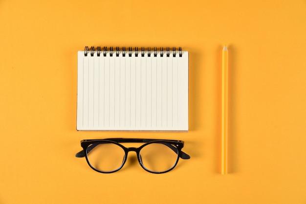Vista superior de artigos de papelaria ou material escolar com livros, lápis de cor e o bloco de notas. educação ou de volta ao conceito de escola. Foto Premium