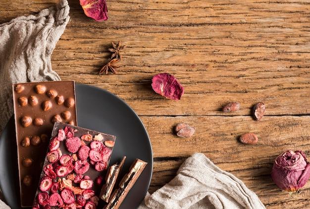 Vista superior de barras de chocolate com amendoim e frutas secas Foto gratuita