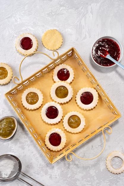 Vista superior de biscoitos coloridos linzer na luz Foto Premium