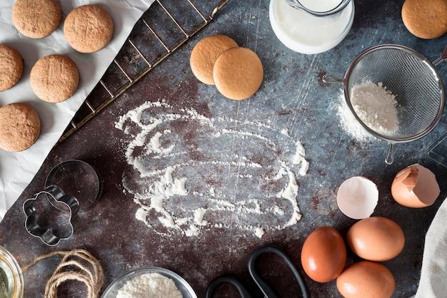Vista superior de biscoitos com farinha e ovos Foto gratuita