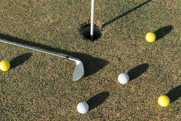 Vista superior de bolas de golfe espalhadas Foto gratuita