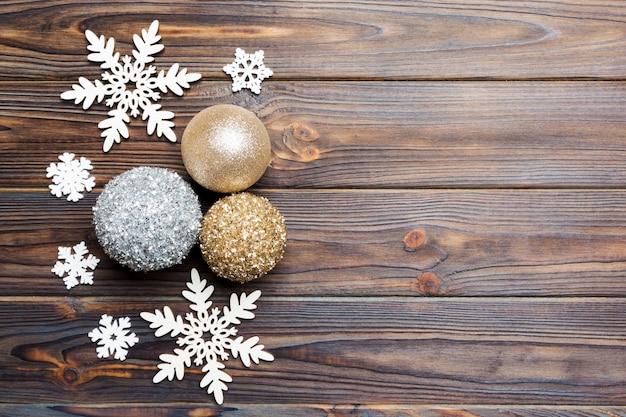 Vista superior de bolas de natal e decoração criativa Foto Premium