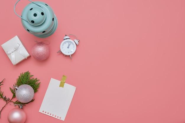 Vista superior de bolas de natal rosa e lâmpada de hortelã no fundo rosa Foto Premium