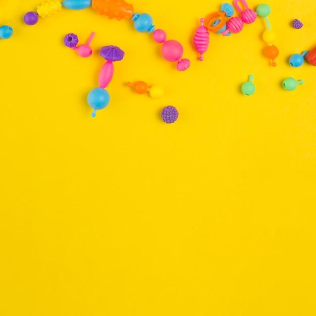 Vista superior de brinquedos coloridos para chá de bebê com espaço de cópia Foto gratuita