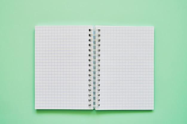 Vista superior, de, caderno aberto, com, em branco, páginas, escola, caderno, ligado, um, experiência verde, espiral, notepad Foto Premium