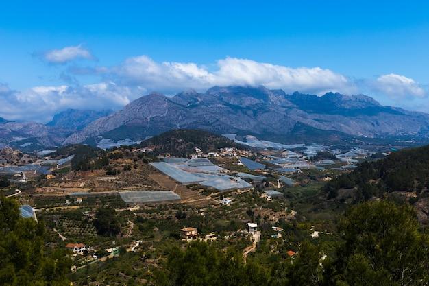 Vista superior de campos agrícolas no fundo das montanhas espanha. agricultura Foto Premium