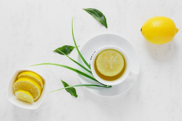 Vista superior, de, chá limão, com, fatias limão Foto gratuita