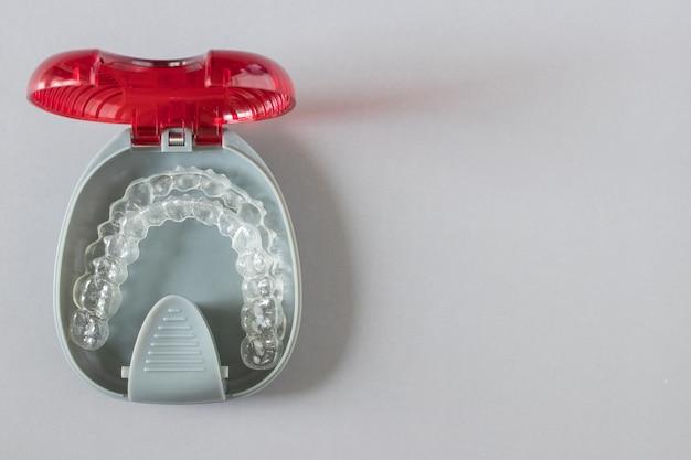 Vista superior de chaves invisalign ou retentores invisíveis em cinza Foto Premium