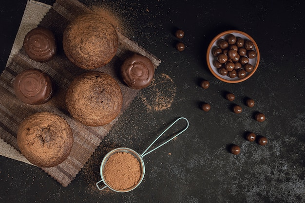 Vista superior de chocolate e muffins Foto gratuita