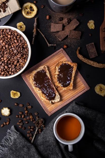 Vista superior de chocolate no pão Foto gratuita