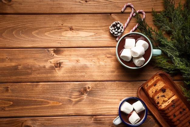 Vista superior de chocolate quente com bolo Foto gratuita