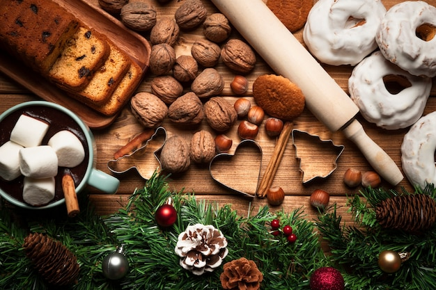 Vista superior de chocolate quente com doces Foto gratuita