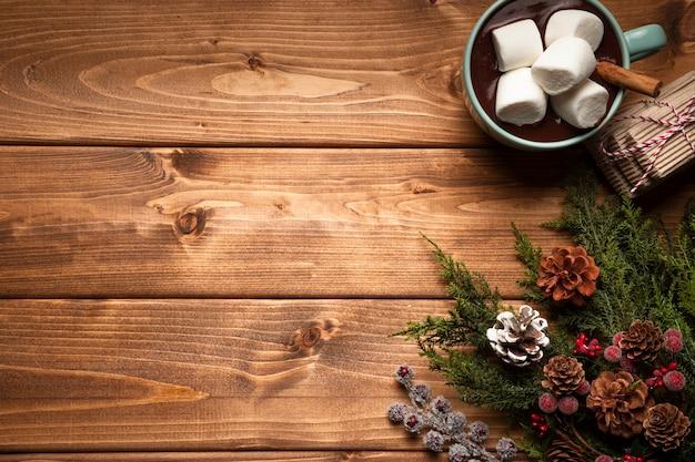 Vista superior de chocolate quente com espaço de cópia Foto gratuita