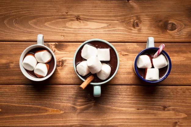 Vista superior de chocolate quente com marshmallows Foto gratuita