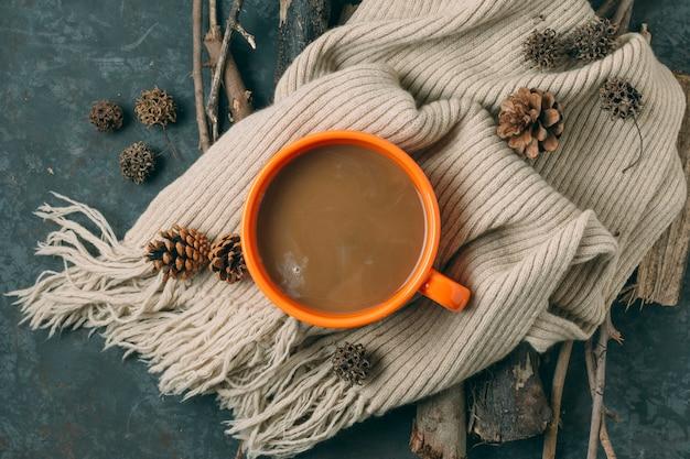 Vista superior de chocolate quente com um cobertor Foto gratuita