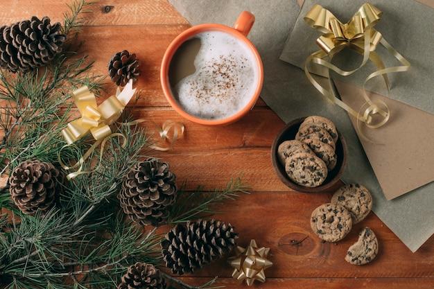Vista superior de chocolate quente no fundo de madeira Foto gratuita
