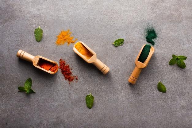 Vista superior de colheres de pau com especiarias aromáticas Foto gratuita