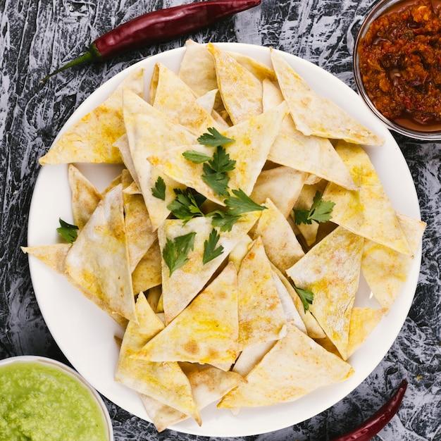 Vista superior de comida mexicana nachos crocante Foto gratuita