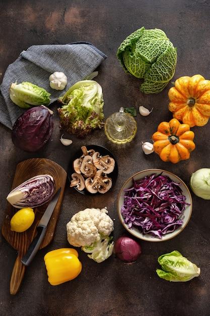 Vista superior de cortar legumes na mesa rústica Foto Premium