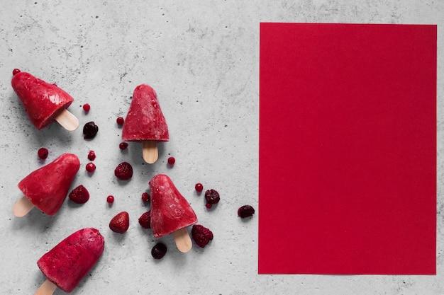 Vista superior de deliciosos picolés com espaço de cópia e frutas Foto gratuita