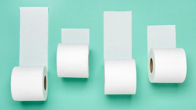 Vista superior de diferentes rolos de papel higiênico Foto Premium