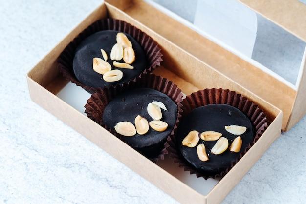 Vista superior de doces de chocolate com amendoim em uma caixa Foto gratuita