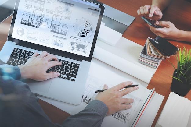 Vista superior de dois designers de interiores de colegas discutindo dados Foto Premium