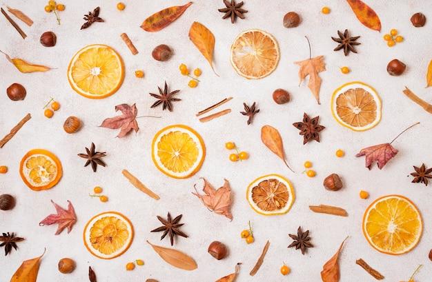 Vista superior de elementos de outono com folhas e frutas cítricas Foto gratuita