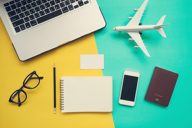 Vista superior, de, escrivaninha trabalho, com, laptop, em branco, caderno Foto Premium