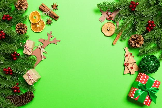 Vista superior de férias de natal, sobre fundo verde. conceito de feriado de ano novo com espaço de cópia Foto Premium