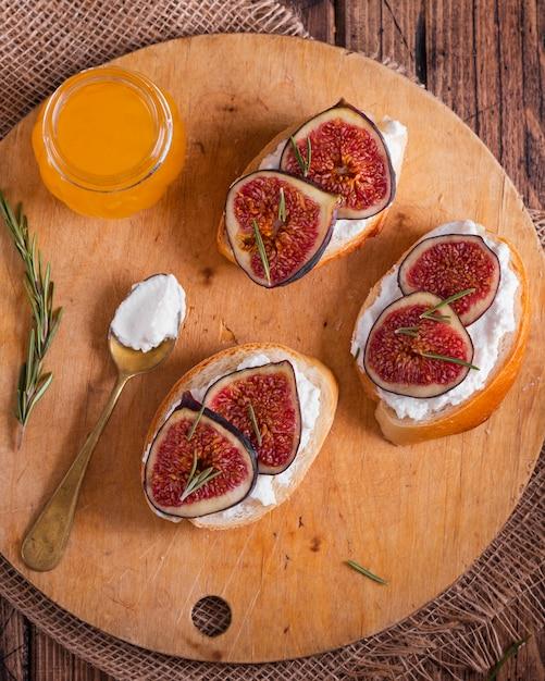 Vista superior de frutas e queijo e fatias de pão Foto gratuita