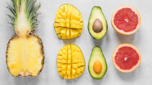 Vista superior de frutas exóticas e frescas prontas para serem servidas Foto gratuita
