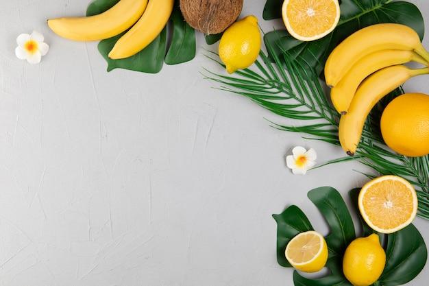 Vista superior de frutas no fundo liso, com espaço de cópia Foto gratuita