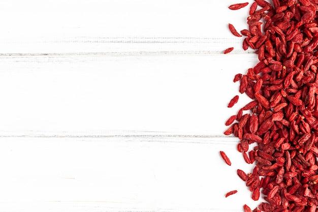 Vista superior de frutas secas vermelhas com espaço de cópia Foto gratuita