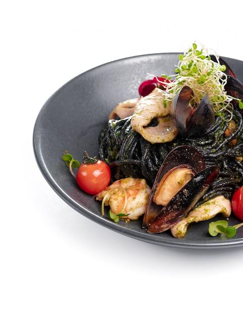 Vista superior de frutos do mar cozidos, isolado no fundo branco Foto Premium