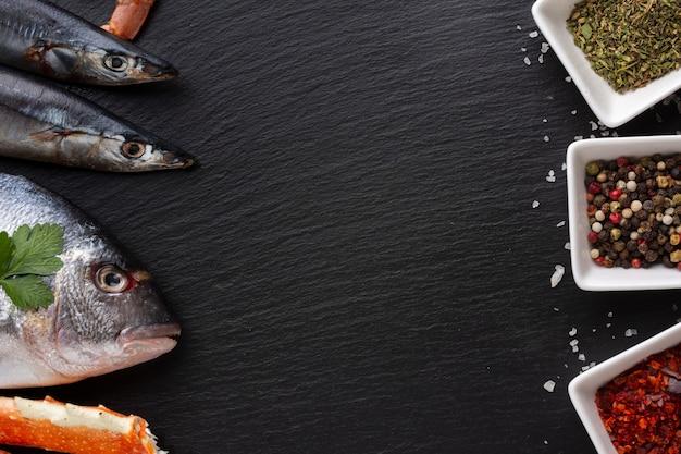 Vista superior de frutos do mar e tigelas com condimentos Foto gratuita