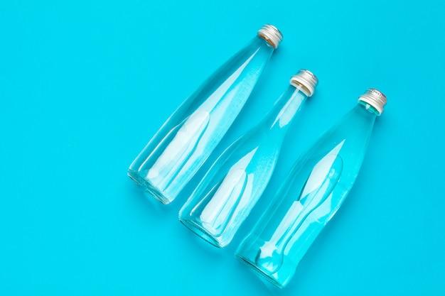 Vista superior de garrafas de água em branco Foto Premium