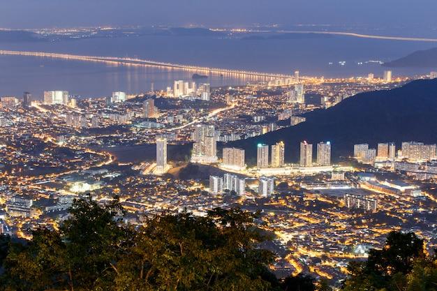 Vista superior de georgetown, capital da ilha de penang, malásia da parte superior do monte de penang. Foto Premium