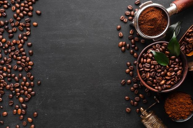 Vista superior de grãos de café torrados com espaço de cópia Foto gratuita