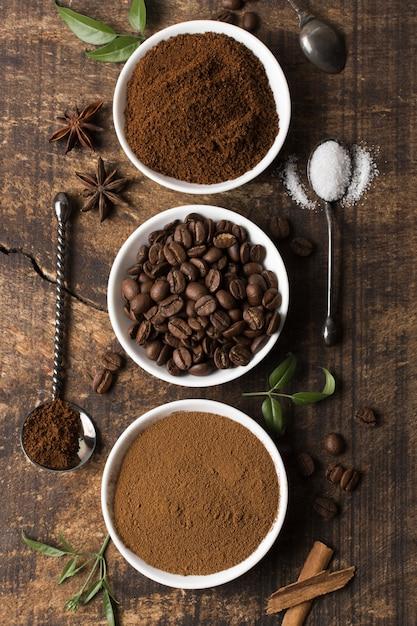 Vista superior de grãos de café torrados e em pó Foto Premium