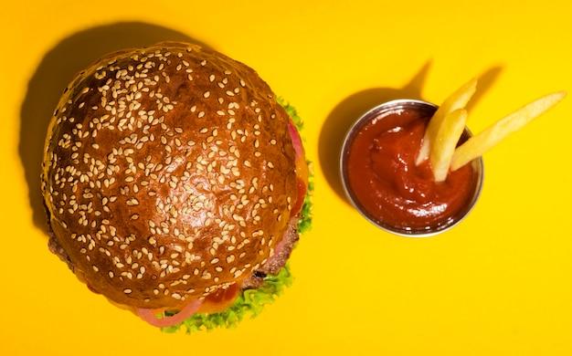 Vista superior de hambúrguer de carne clássico com ketchup Foto gratuita