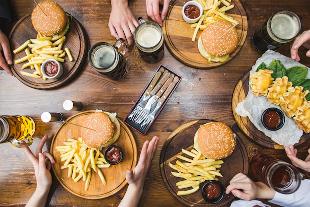Vista superior de hambúrgueres no restaurante Foto gratuita
