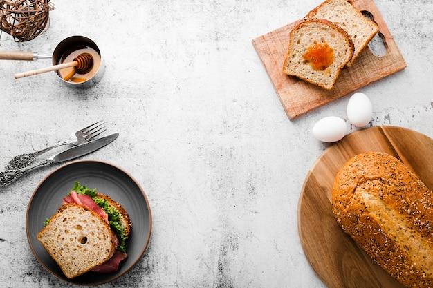 Vista superior de ingredientes do sanduíche de café da manhã Foto gratuita