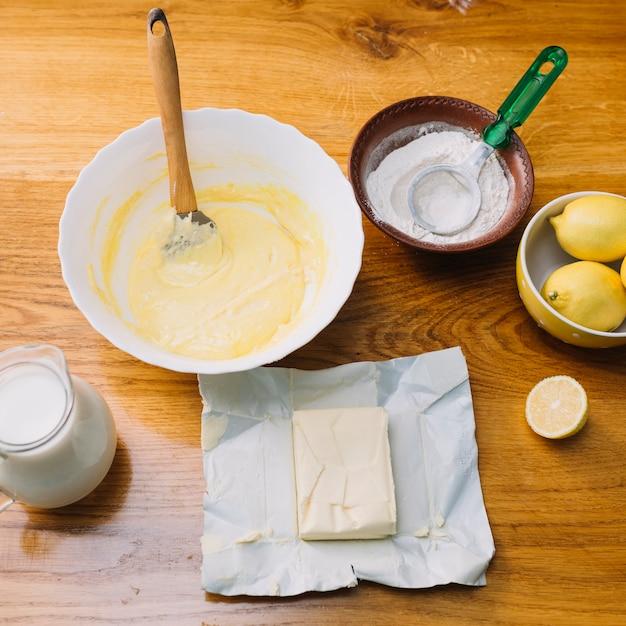 Vista superior de ingredientes frescos para fazer torta na mesa de madeira Foto gratuita