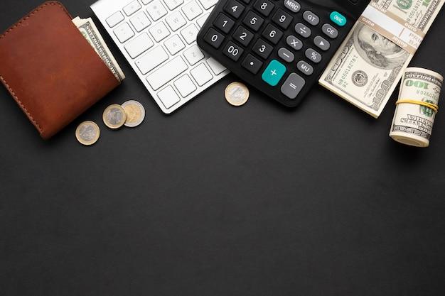 Vista superior de instrumentos financeiros em fundo escuro Foto gratuita